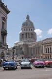 Coches americanos en capitolio cubano Imagen de archivo libre de regalías