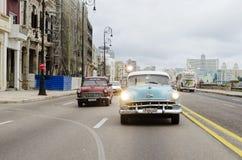 Coches americanos en la calle de La Habana Foto de archivo