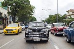 Coches americanos en la calle de La Habana Imagen de archivo libre de regalías