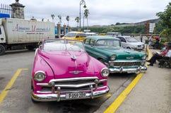 Coches americanos en la calle de La Habana Imágenes de archivo libres de regalías