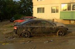 Coches aplastados en inundación Varna Bulgaria el 19 de junio Foto de archivo