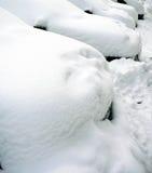 Coches bajo la nieve Fotos de archivo
