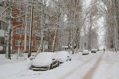 Coches bajo la nieve Nevadas en la ciudad Imagen de archivo