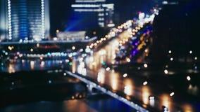 Coches cerca de la calle de Arbat, Moscú, Rusia, falta de definición de la noche de verano almacen de metraje de vídeo