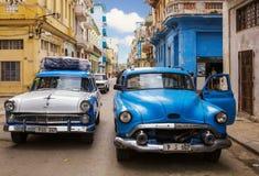 Coches clásicos americanos en la calle en La Habana Imagen de archivo libre de regalías