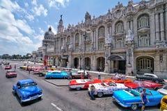 Coches clásicos coloridos delante del Capitolio en La Habana que i Imagenes de archivo