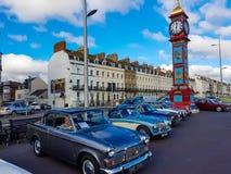 Coches clásicos fuera de la torre de Victoria Clock fotografía de archivo