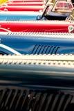 Coches clásicos rojos y azules foto de archivo libre de regalías