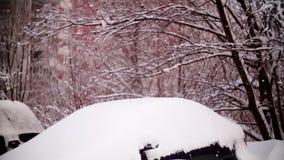 Coches cubiertos con nieve en un área residencial de Moscú almacen de metraje de vídeo