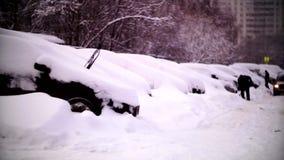 Coches cubiertos con nieve en un área residencial de Moscú metrajes