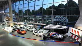 Coches de BMW M y coches de seguridad de M en la exhibición en el mundo de BMW Imagen de archivo libre de regalías