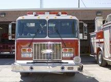 Coches de bomberos en esperar fotografía de archivo