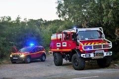 Coches de bomberos en la entrada de un camino forestal Fotografía de archivo libre de regalías