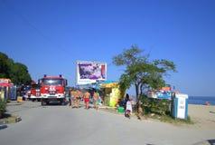 Coches de bomberos en la playa Imagen de archivo