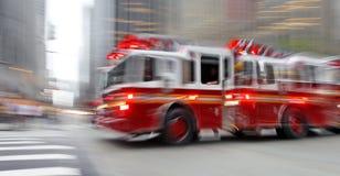 Coches de bomberos y brigada de los bomberos en la ciudad fotos de archivo libres de regalías