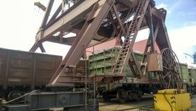 Coches de carga cargados en el puerto Paso de coches debajo de la torre Foto de archivo libre de regalías