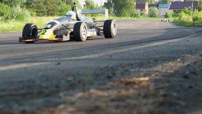 Coches de carreras de la fórmula 1 que acometen en la persecución para la victoria almacen de metraje de vídeo