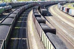 Coches de carril cargados con el carbón Fotografía de archivo libre de regalías
