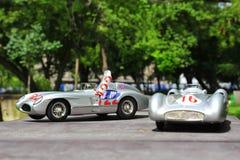 Coches de competición de plata de las flechas: Mercedes-Benz 300 SLR y Mercedes-Benz W196R Fotos de archivo libres de regalías