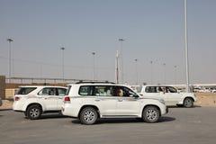 Coches de competir con a los propietarios de los camellos, Qatar imágenes de archivo libres de regalías