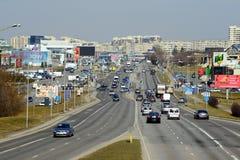 Coches de la calle de Ukmerges de la ciudad de Vilna y opinión del tráfico Imágenes de archivo libres de regalías