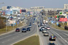 Coches de la calle de Ukmerges de la ciudad de Vilna y opinión del tráfico Foto de archivo libre de regalías