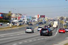 Coches de la calle de Ukmerges de la ciudad de Vilna y opinión del tráfico Fotografía de archivo libre de regalías