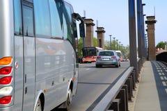 Coches de la ciudad en el puente Fotos de archivo