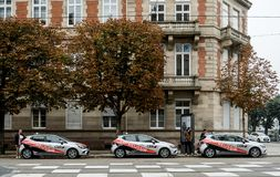 Coches de la escuela francesa del carné de conducir con los estudiantes e instru Foto de archivo