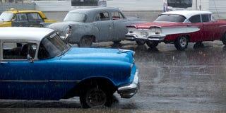 Coches de La Habana debajo de la lluvia Imagen de archivo libre de regalías