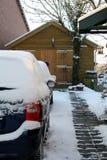 Coches de la nieve en la calzada Groninga fotografía de archivo
