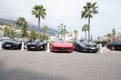 Coches de lujo fuera de Monte Carlo Casino imagenes de archivo