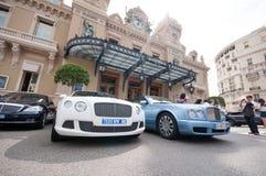 Coches de lujo fuera de Monte Carlo Casino Foto de archivo