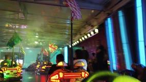 Coches de parachoques del parque de atracciones metrajes