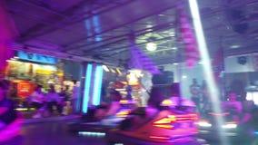 Coches de parachoques del parque de atracciones almacen de metraje de vídeo