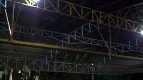 Coches de parachoques eléctricos móviles en parque de atracciones almacen de video