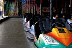 Coches de parachoques en la feria de diversión Foto de archivo
