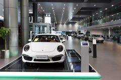 Coches de Porsche para la venta en la sala de exposición Imágenes de archivo libres de regalías