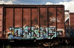 Coches de rectángulo de un tren de carga con la pintada Foto de archivo