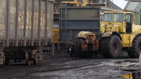 Coches de tren de fricción del tractor en puerto del carbón metrajes