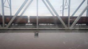 Coches de tren en el puente almacen de metraje de vídeo