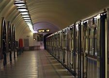 Coches de tren en la plataforma de la estación de la Moscú subterráneo Foto de archivo libre de regalías