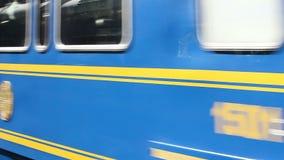 Coches de tren de pasajeros de PeruRail que pasan Peru South America Slow Motion almacen de video