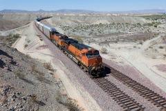 Un tren que apresura en una pista de ferrocarril Imagen de archivo