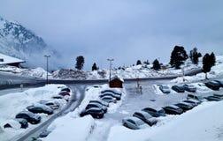 Coches debajo de la nieve Imágenes de archivo libres de regalías