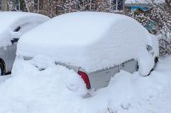Coches debajo de la nieve después de nevadas pesadas imagen de archivo