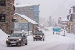 Coches debajo de la nieve en la ciudad de Canillo en Andorra después del grandes nevadas foto de archivo