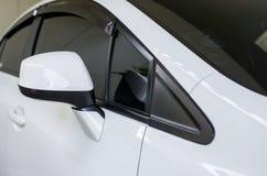 Coches del color blanco de la vista posterior del lado del espejo de coche nuevos foto de archivo