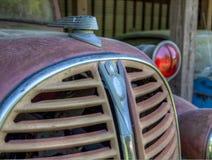 Coches del dep?sito de chatarra en la ciudad vieja del coche Blanco, GA imagenes de archivo