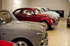 Coches del escarabajo de VW del vintage en un museo del coche Fotos de archivo